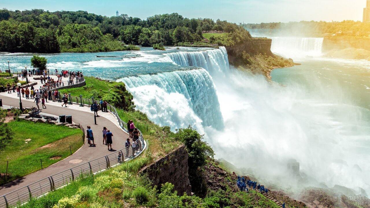 Смотровая площадка с туристами возле водопада