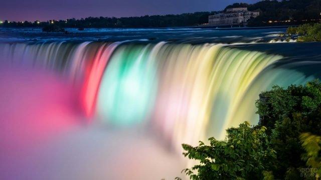 Световое шоу на Ниагарском водопаде летом