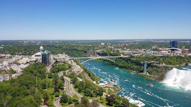 Вид на мост, парк развлечений и часть водопада летом