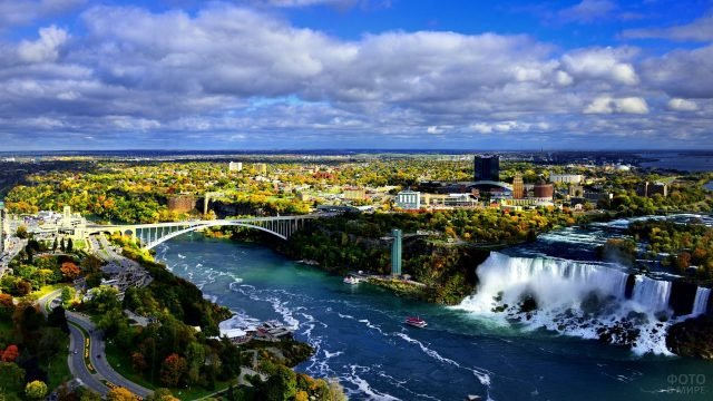 Вид на осенний город и часть Ниагарского водопада