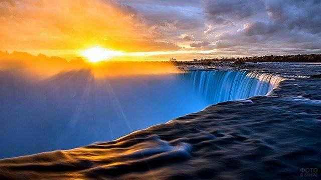 Вид на восход солнца с вершины водопада