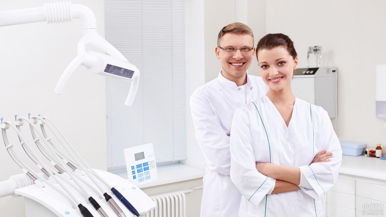 Ассистентка и зубной врач рядом