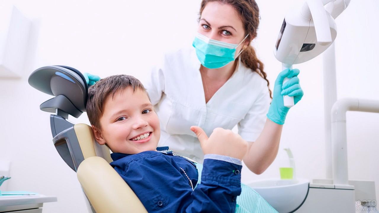 Радостный мальчик в кабинете стоматолога