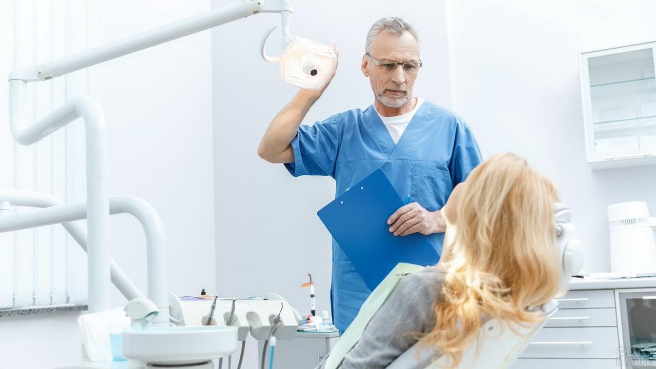 Стоматолог настраивает свет