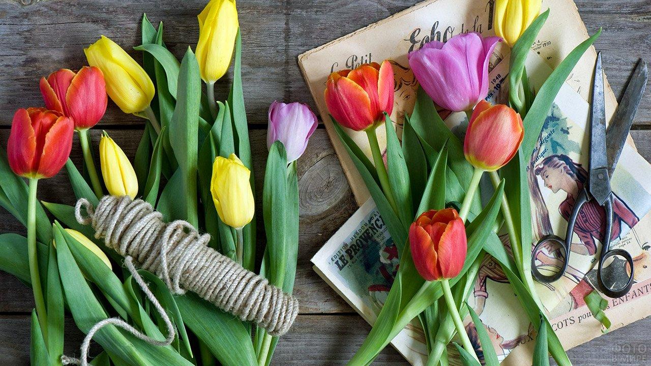 Тюльпаны, моток верёвки, ножницы и ретро-открытки к 8 марта