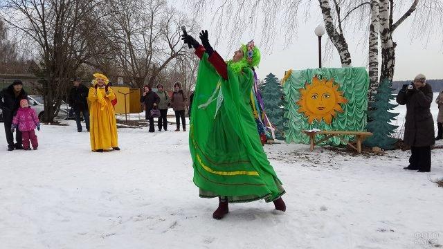 Артистка в костюме Весны в Прощёное воскресенье в Подмосковье