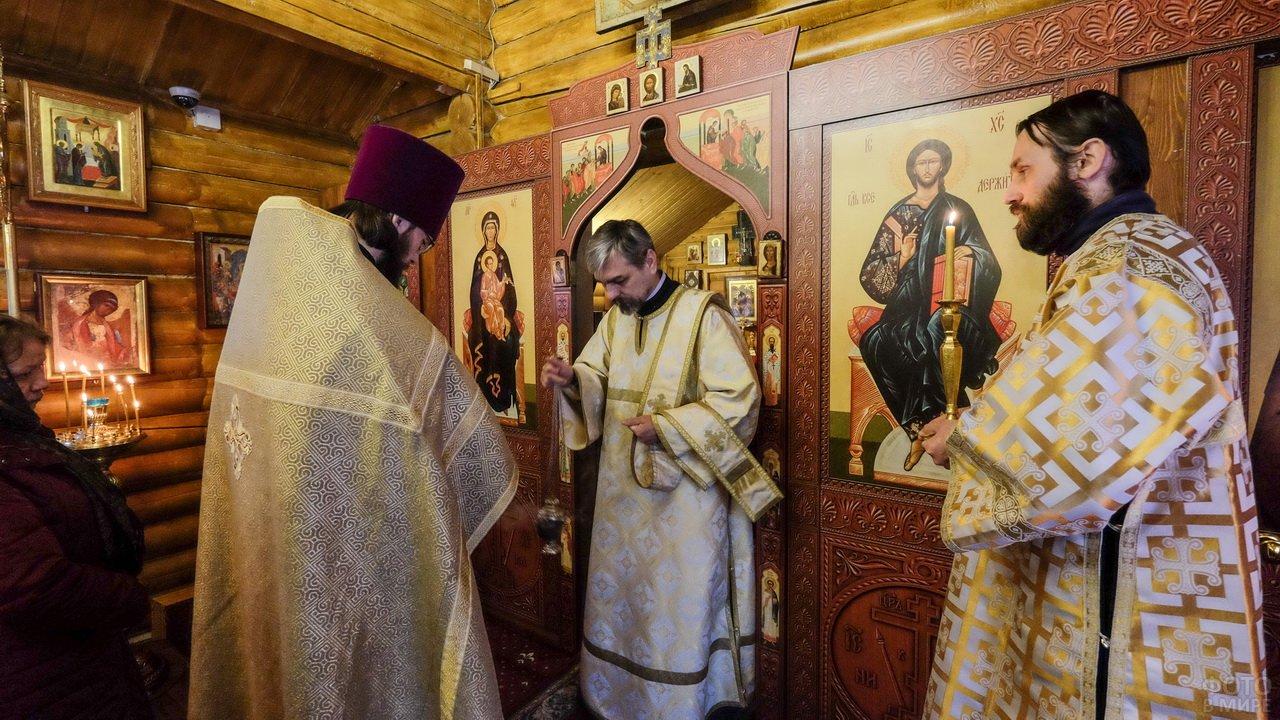 Батюшки в сельской церквушке в Прощёное воскресенье