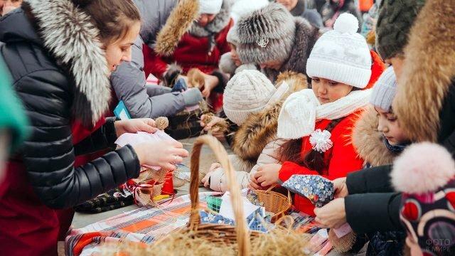 Дети на мастер-классе по изготовлению кукол в Прощёное воскресенье