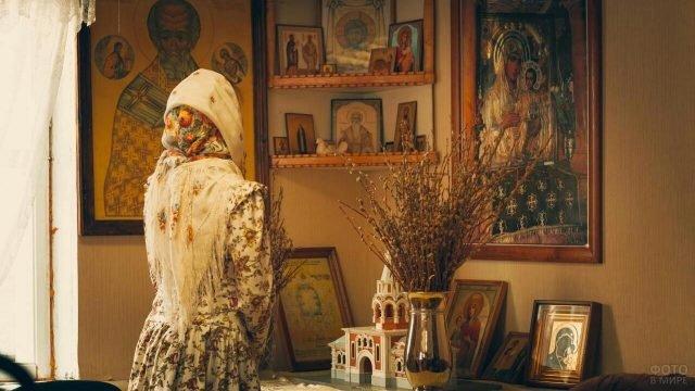 Девушка и иконы в Красном углу