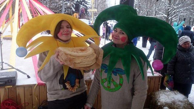 Девушки-скоморохи с блинами в Прощёное воскресенье в московском парке
