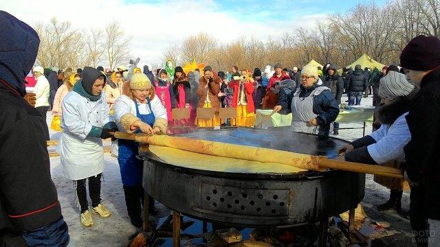 Гигантский блин от Саратовского кулинарного колледжа в Прощёное воскресенье