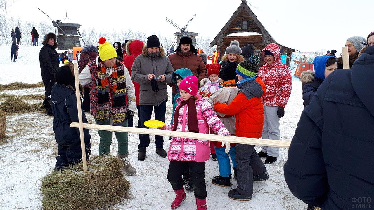 Конкурс-лимбо на масленичном гулянье во Владимирской области