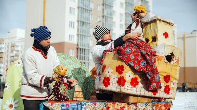 Выступление кукольного театра на масленичном гулянье в Самаре