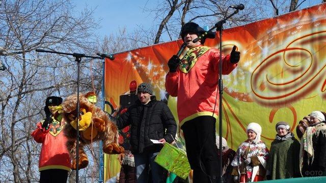 Выступление на сцене масленичных гуляний в Прощёное воскресенье в Омске