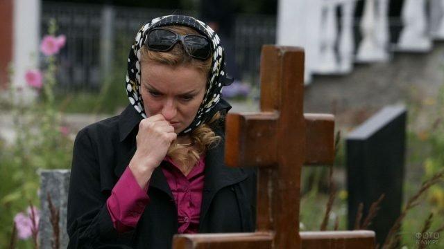Женщина на кладбище в Прощёное воскресенье