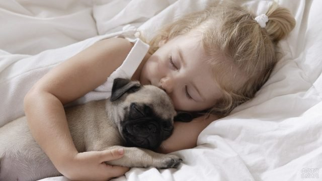 Девочка и маленький щенок спят