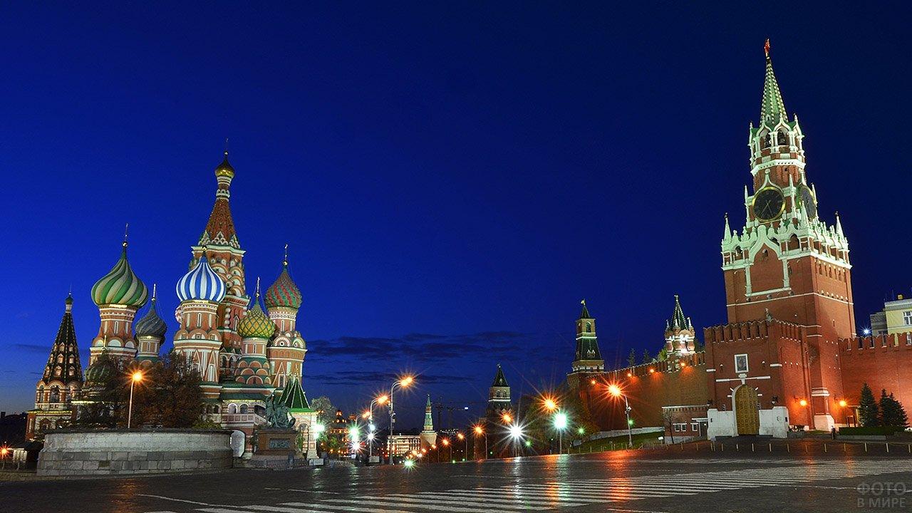 Лобное место на Красной площади летней ночью