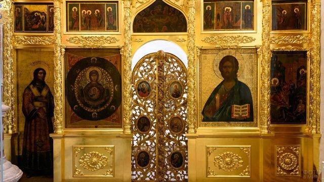 Царские врата 18 века в одной из 11 церквей храма Василия Блаженного