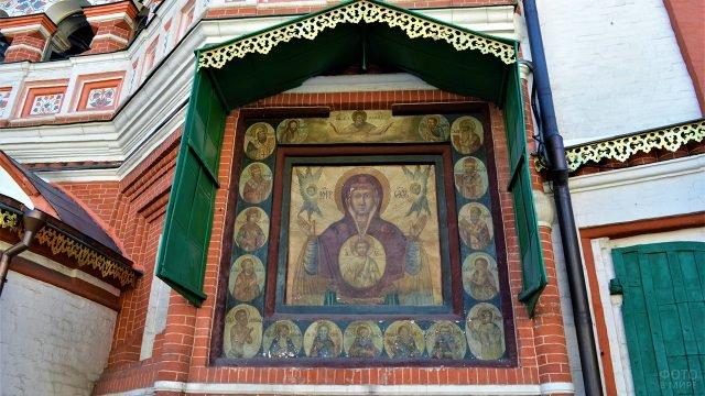Фасадная икона Богоматерь Знамение на восточной стене храма Василия Блаженного