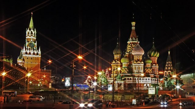 Храм Василия Блаженного и Спасская башня в вечерних огнях
