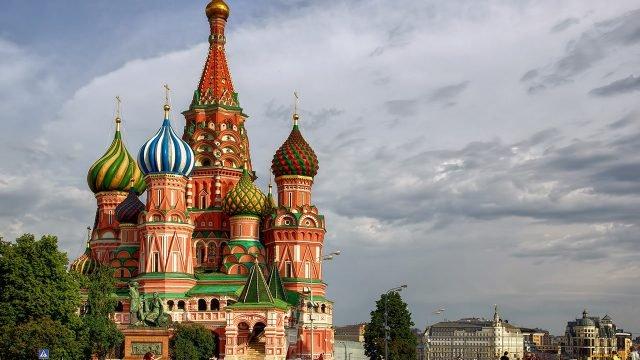 Храм Василия Блаженного на фоне грозового неба над Москвой