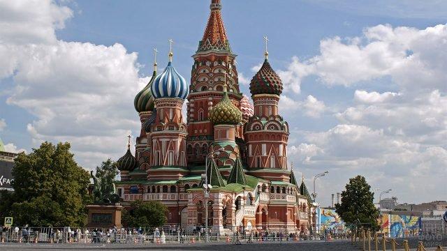 Храм Василия Блаженного на фоне летнего неба над Москвой