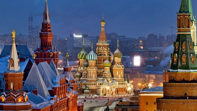 Храм Василия Блаженного на панораме вечерней Москвы