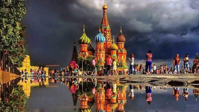 Храм Василия Блаженного в луче солнца на фоне пасмурного неба
