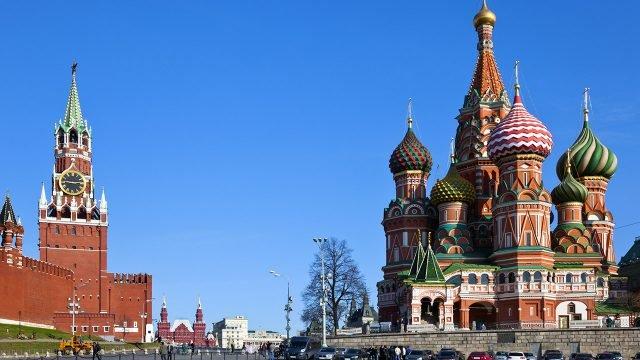 Купола храма Василия Блаженного справа от Спасской башни