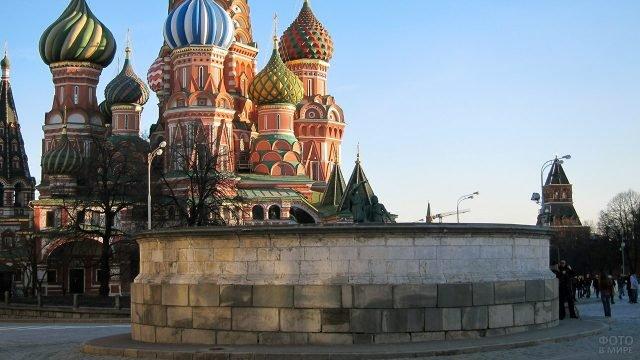 Лобное место на Красной площади на фоне храма