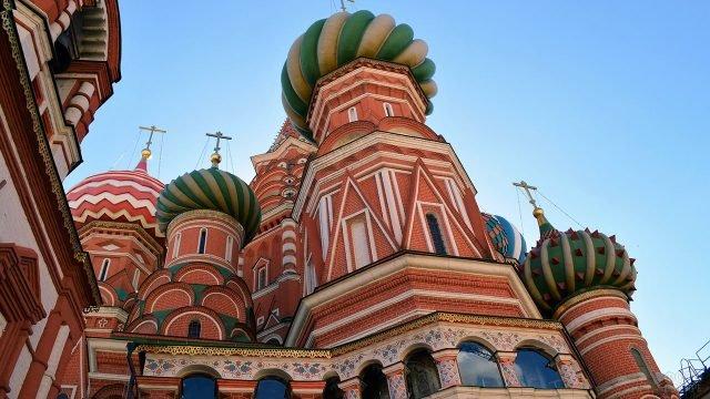 Нарядный фасад и яркие купола 11 церквей храма Василия Блаженного