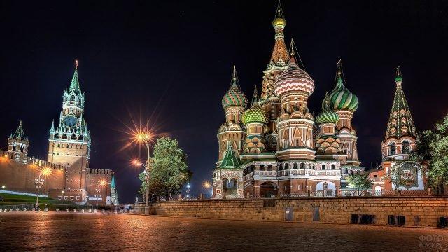 Ночная иллюминация храма Василия Блаженного и Спасской башни