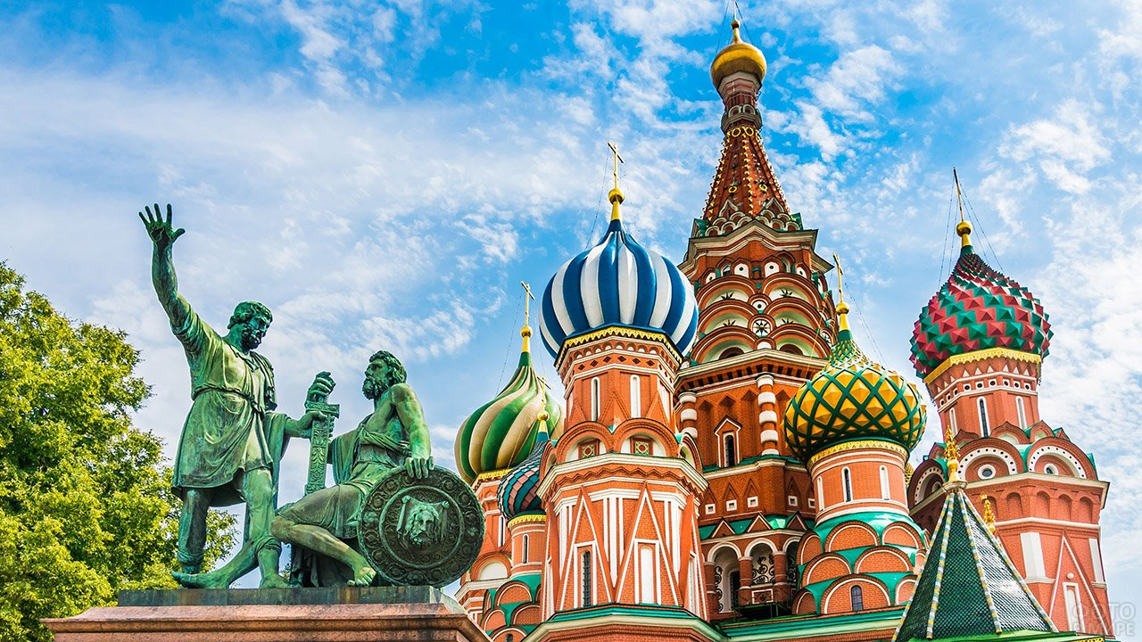 Памятник Минину и Пожарскому на фоне куполов храма Василия Блаженного