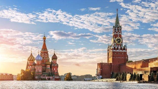 Панорама Красной площади с храмом Василия Блаженного и Спасской башней Кремля