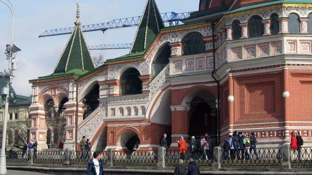 Расписное крыльцо храма Василия Блаженного