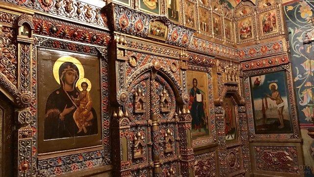 Резной иконостас 18 века в одной из церквей храма Василия Блаженного
