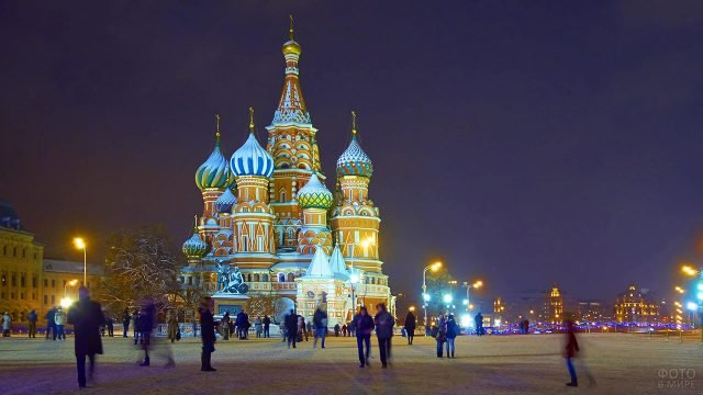 Светящийся в сумерках храм Василия Блаженного на людной Красной площади