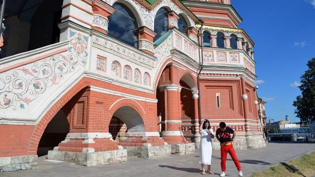 Туристы у расписного крыльца храма Василия Блаженного