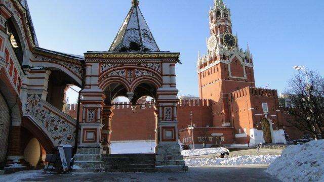 Заснеженное крыльцо храма Василия Блаженного на фоне Спасской башни