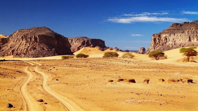 Дорога в пустыне Сахара на территории Ливии