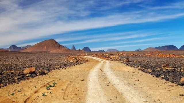 Грунтовая дорога в пустыне Сахара на фоне гор ущелья Эль Кантара