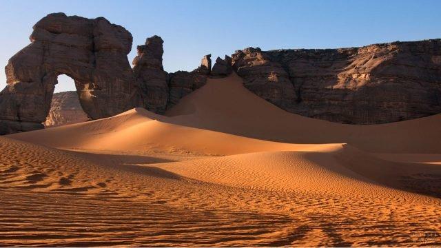 Каменная арка в скалах ливийской Сахары