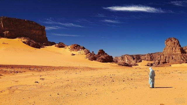 Ливиец на фоне горного массива Тадрарт-Акакус в пустыне Сахара