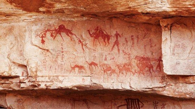 Наскальные рисунки в горах Тассилин-Адджер в пустыне Сахара