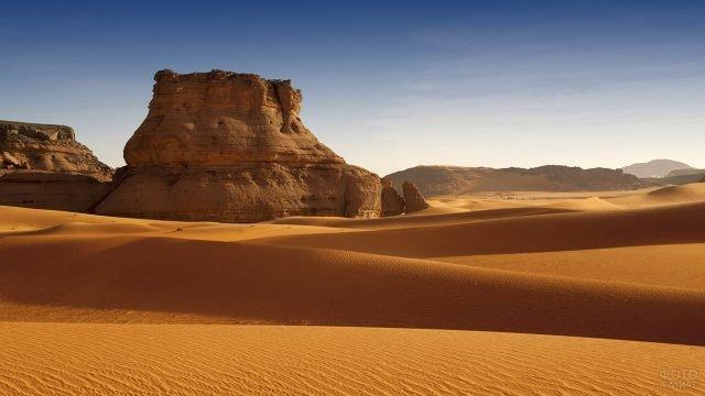 Скала в дюнах пустыни Сахара в Ливии