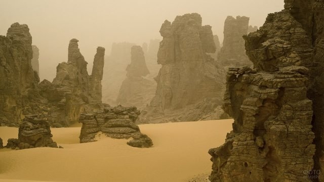 Скалистый пейзаж в песчаную бурю в Сахаре