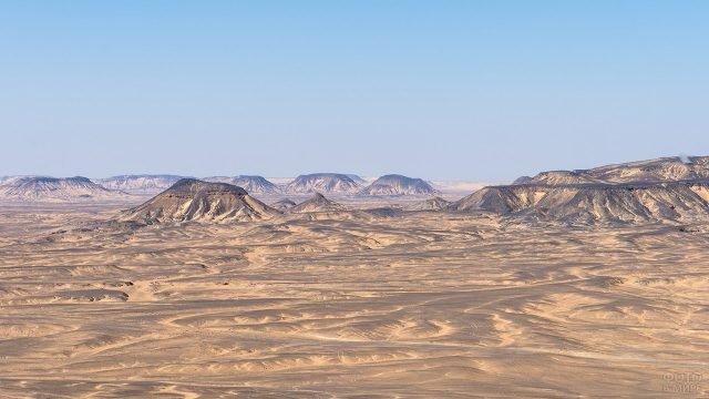 Скалы и дюны в Чёрной пустыне - части Сахары на территории Египта