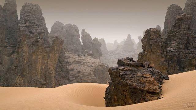 Скалы в песках Сахары
