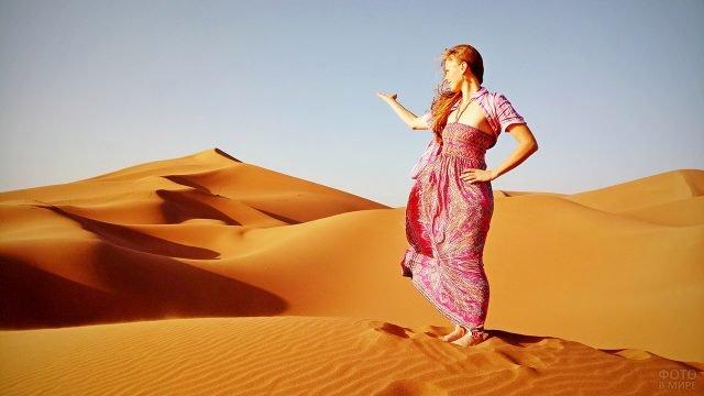 Туристка в песках Сахары в Марокко