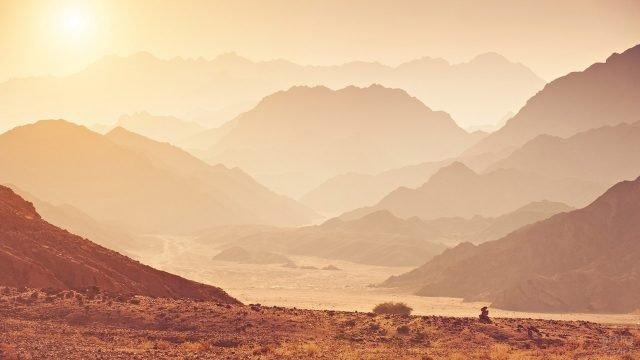 Закат над горами в пустыне Сахара